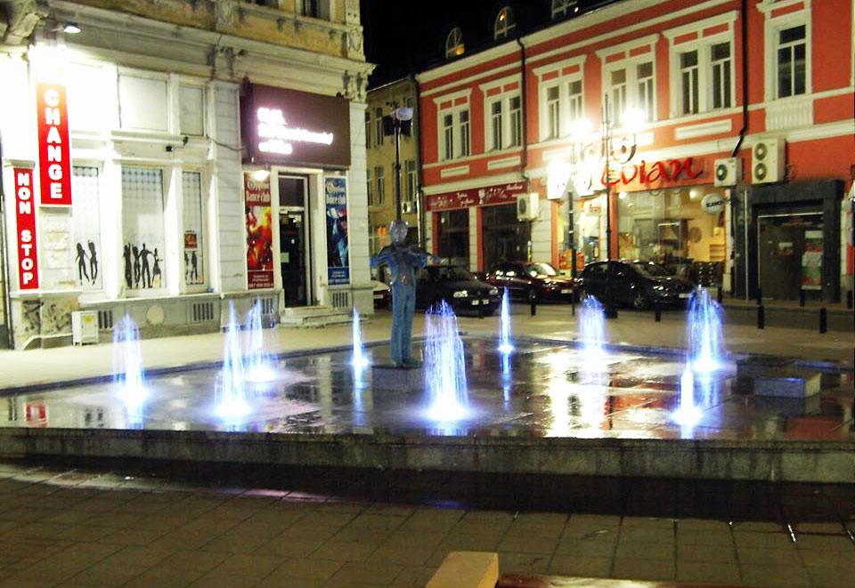 Новопостроен фонтан по главната улица в Русе, реализиран по европейски проект. Снимка: Васил Събев
